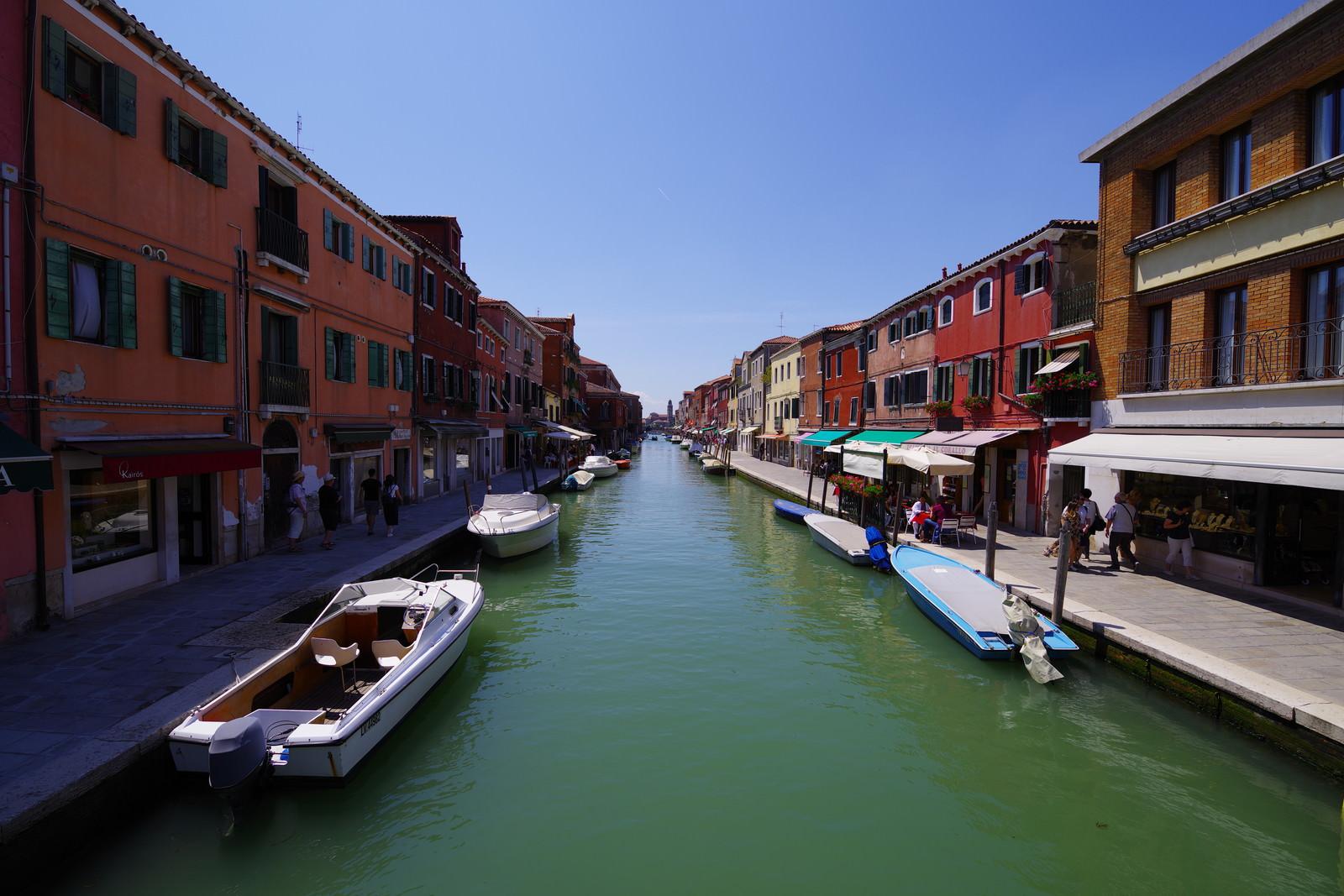 「ブラーノ島の水路と船着き場(イタリア)」の写真