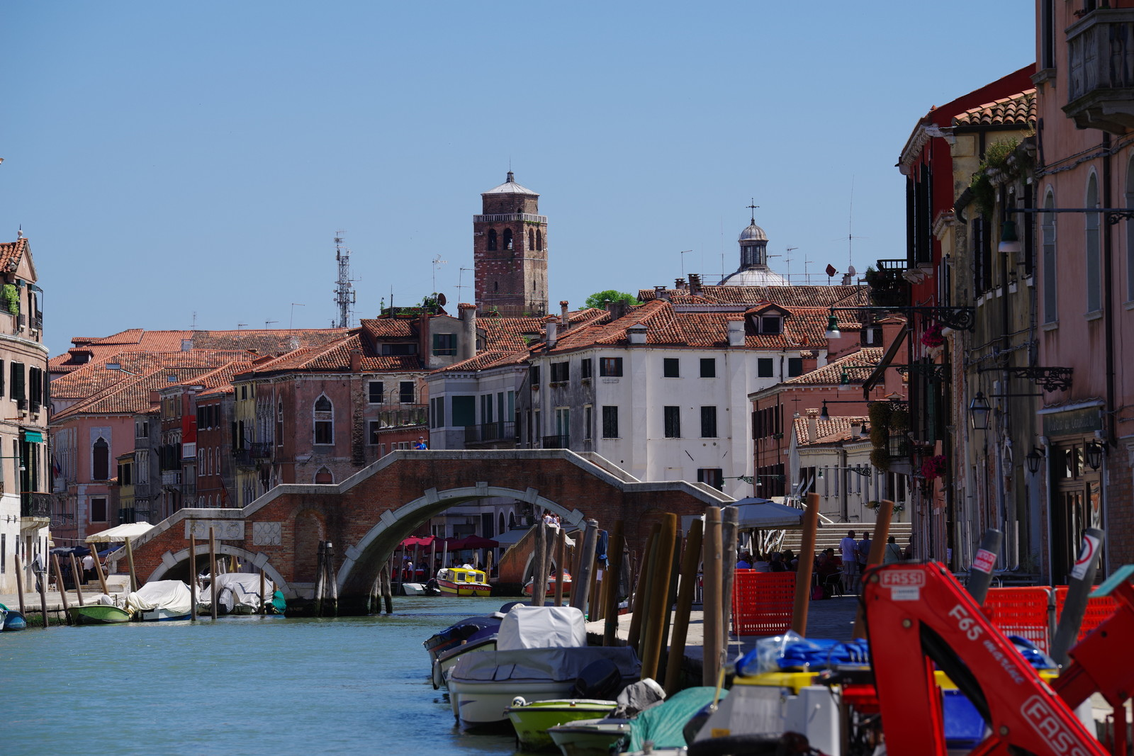 「ベネツィアの水路に掛かる橋(イタリア)」の写真