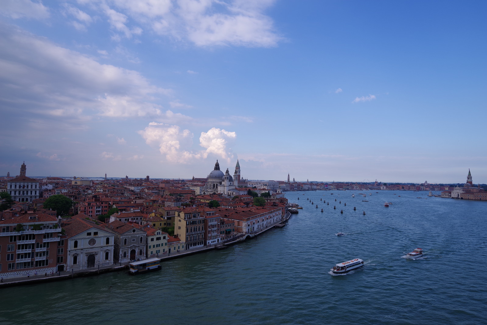「水上バスやボートが行き交うベネツィアの景観(イタリア)」の写真