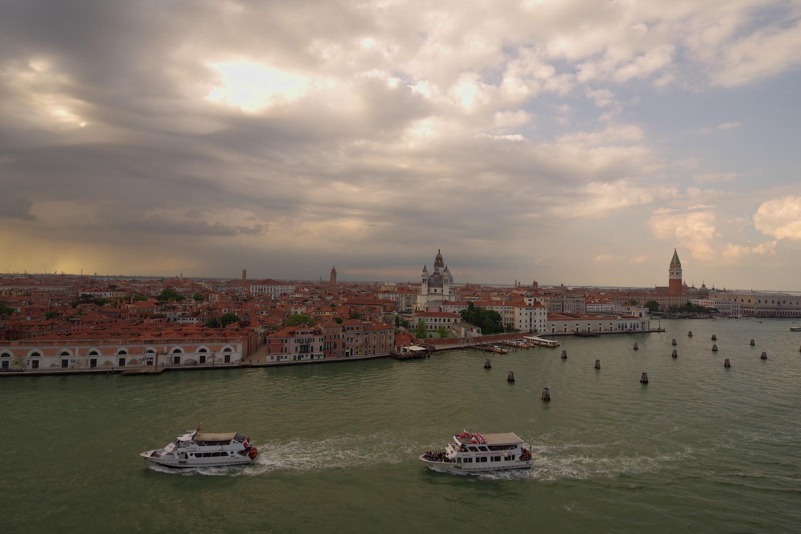 「行き交う水上バスと夕暮れ時のベネツィア」の写真