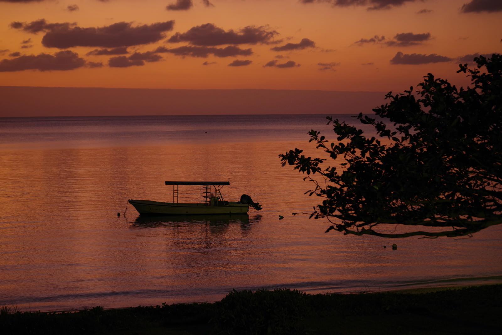 「夕暮れ時の海とボート(沖縄県)」の写真