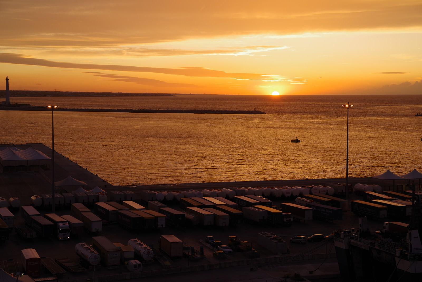 「港から眺める沈む夕日」の写真