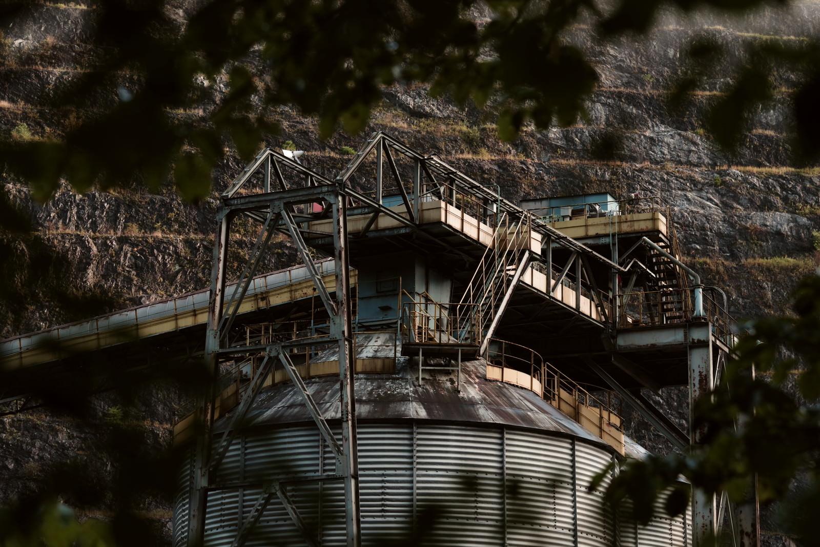 「木々の隙間から見た工場(奥多摩)」の写真