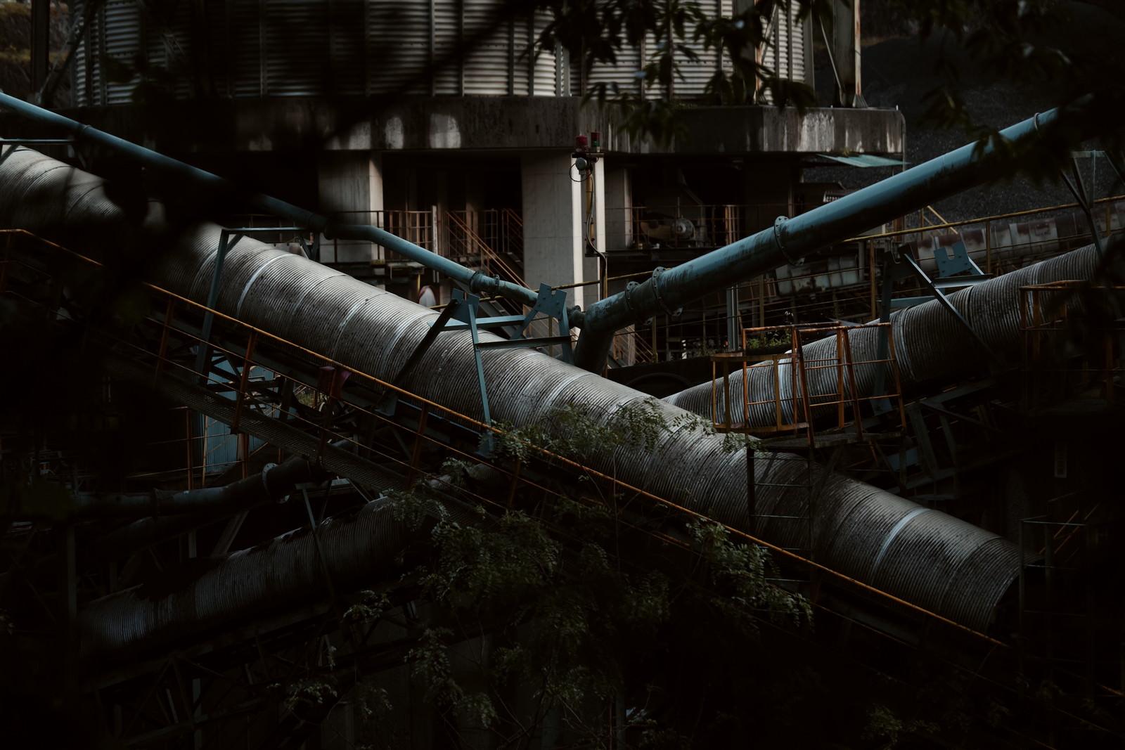 「山の奥地にある採石場の設備」の写真