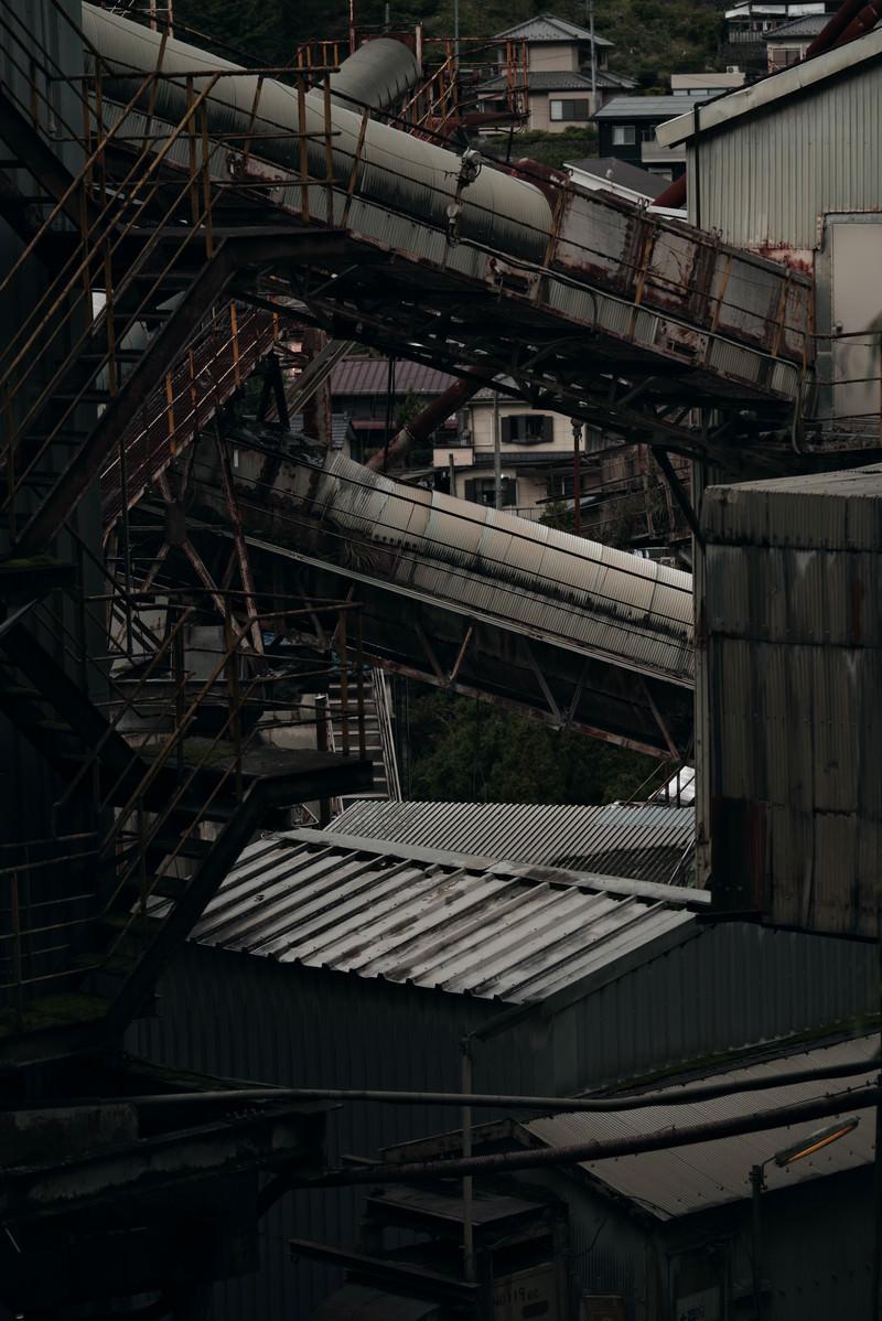 「歴史を感じさせる古びた工場内」の写真
