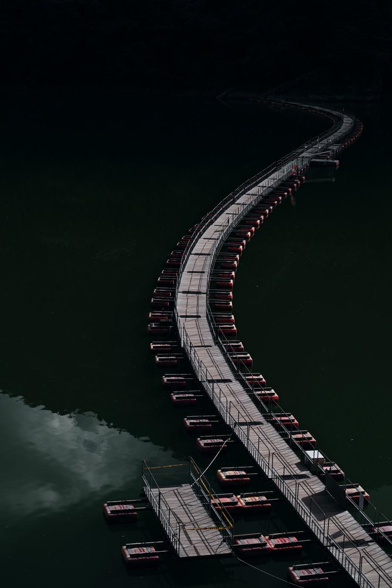 「ダム湖に掛かる曲がりくねった浮橋(奥多摩)」の写真