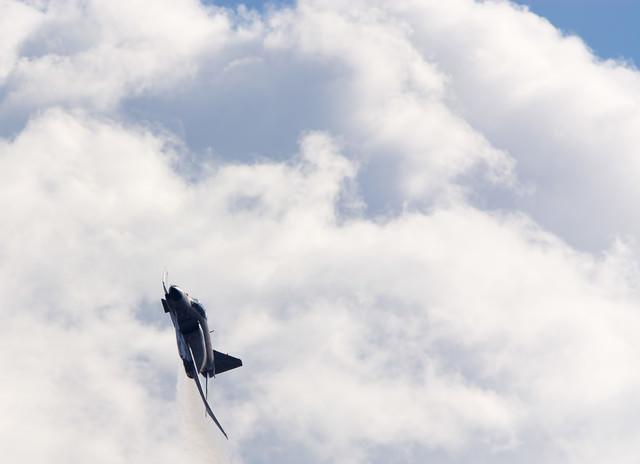 積乱雲を背に現れるF-4の写真