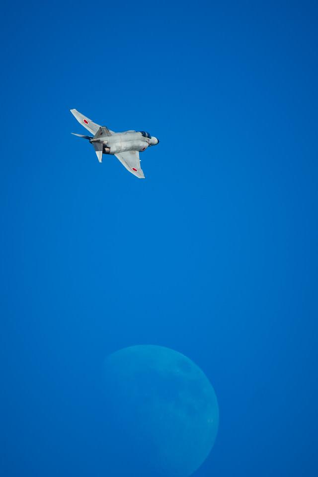 月とF-4(戦闘機)の写真