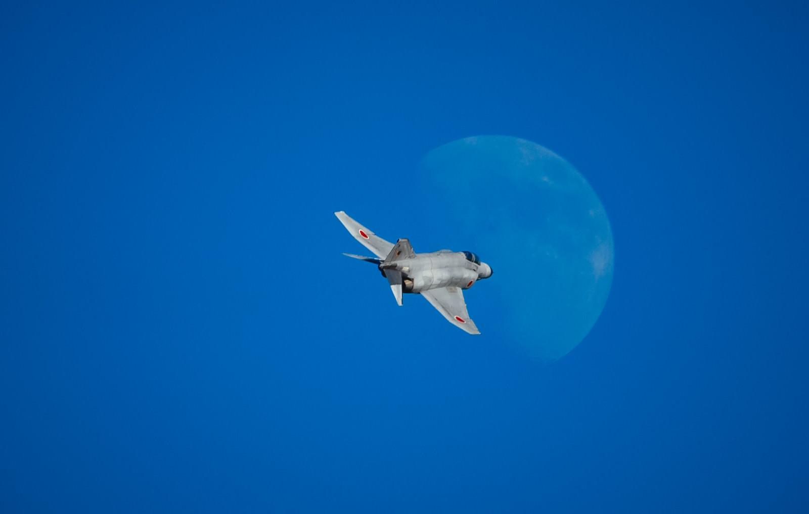「月に向かって飛行するF-4戦闘機」の写真