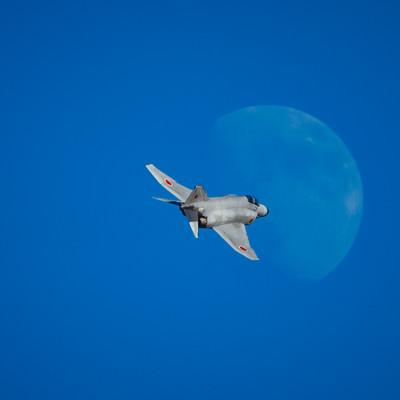 月に向かって飛行するF-4戦闘機の写真