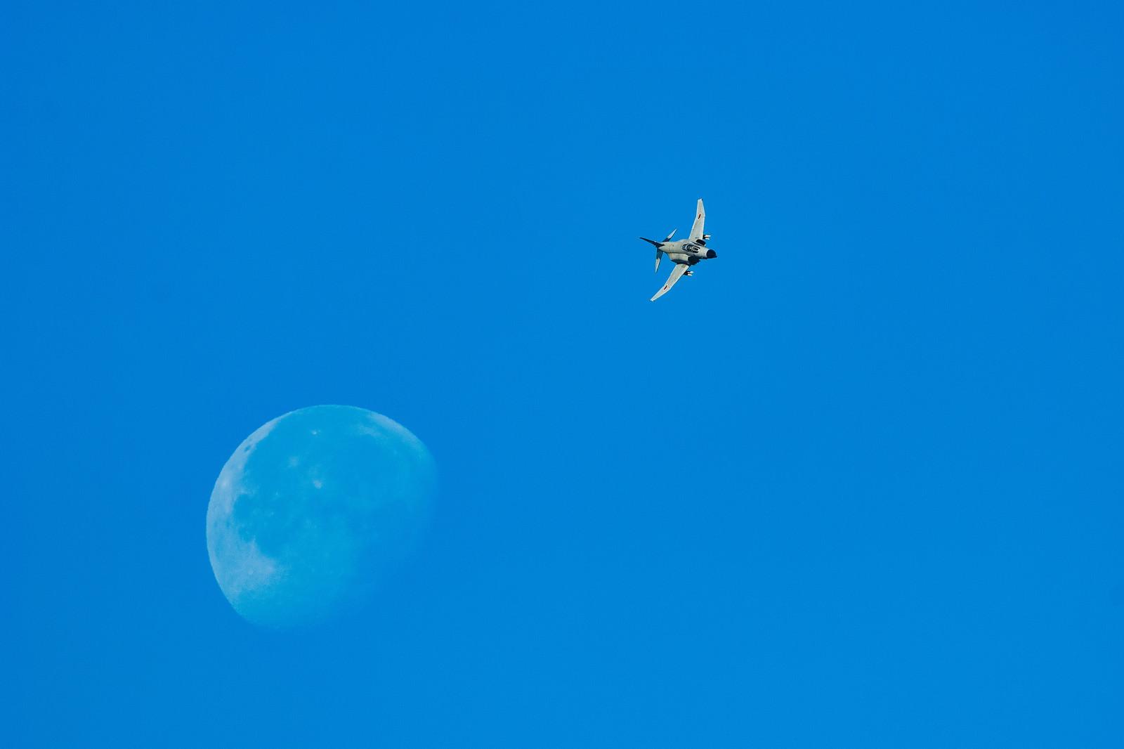 「月を背に、対地攻撃訓練へと翔け降りるF-4」の写真