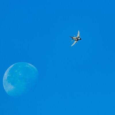 月を背に、対地攻撃訓練へと翔け降りるF-4の写真