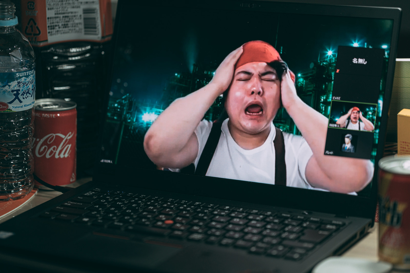「リモート会議で悲痛な叫びを伝える男性」の写真[モデル:段田隼人]