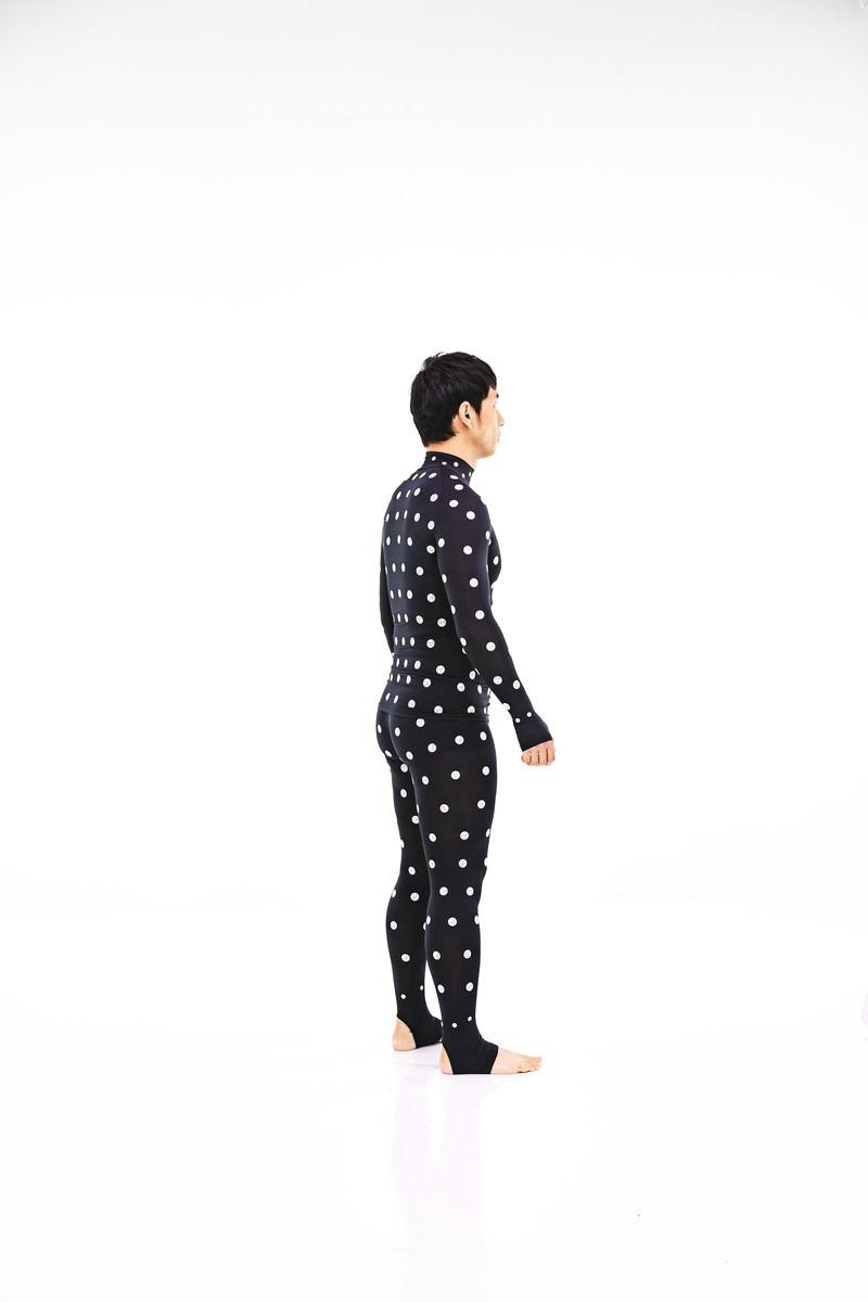 「計測中の男性(8時の方向)」の写真[モデル:大川竜弥]