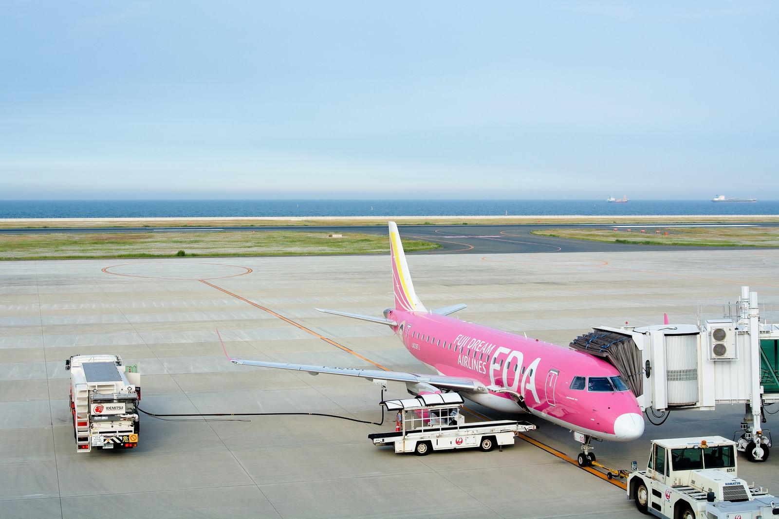 「給油されて出発準備中の旅客機」の写真