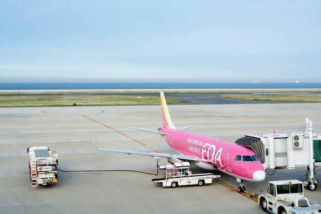 給油されて出発準備中の旅客機の写真