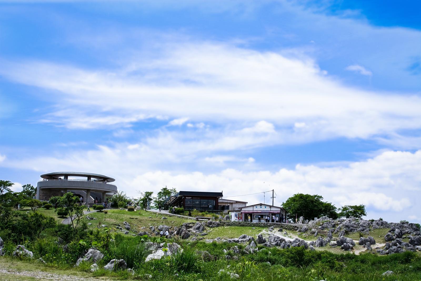 「秋吉台の遊歩道から見上げる展望台(山口県美祢市)」の写真
