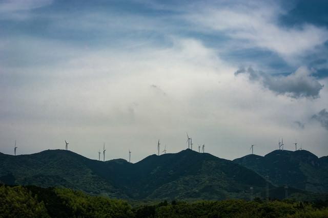 山口県白滝山に立ち並ぶ風力発電の風車の写真