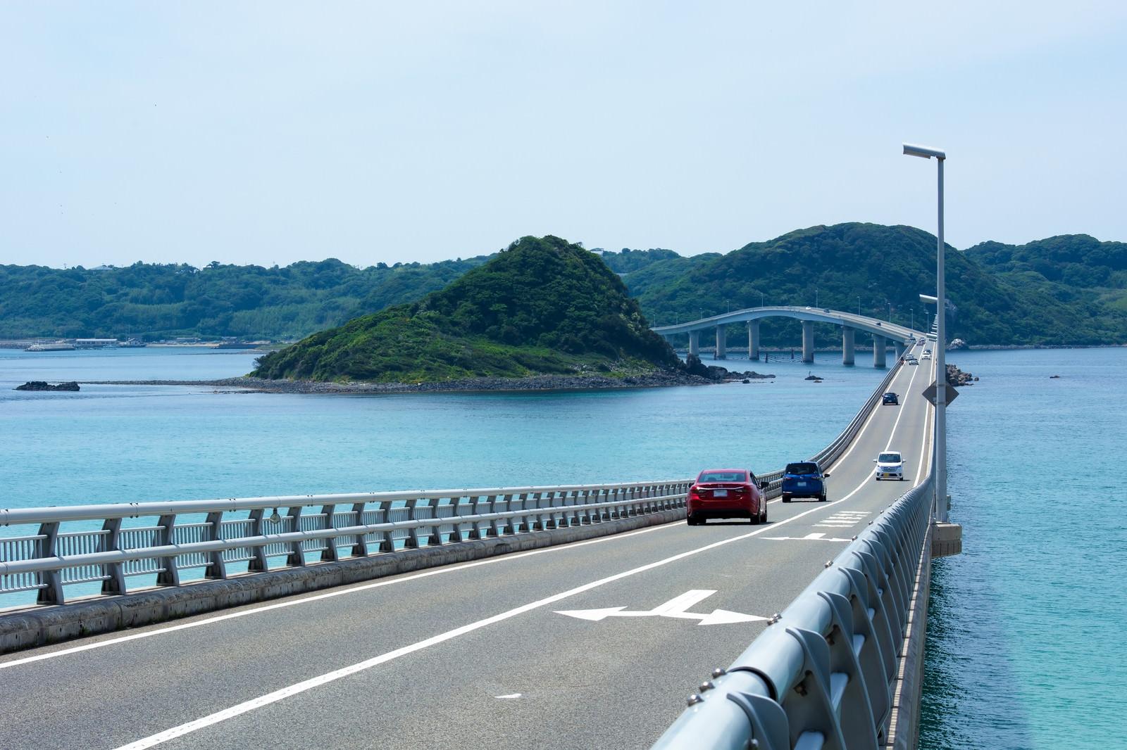 「角島大橋からの美しい風景を楽しみながら渡る車」の写真
