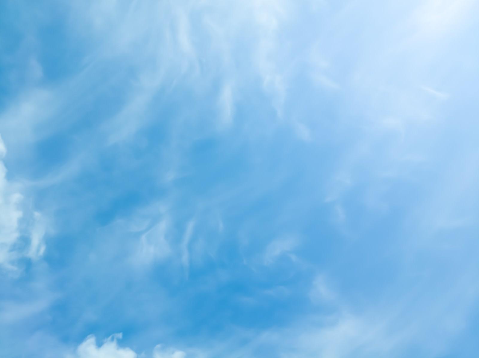 「薄雲がかる晴天」の写真