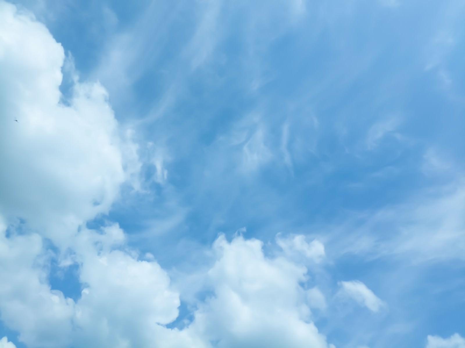 「雲が多くなり始めた空」の写真