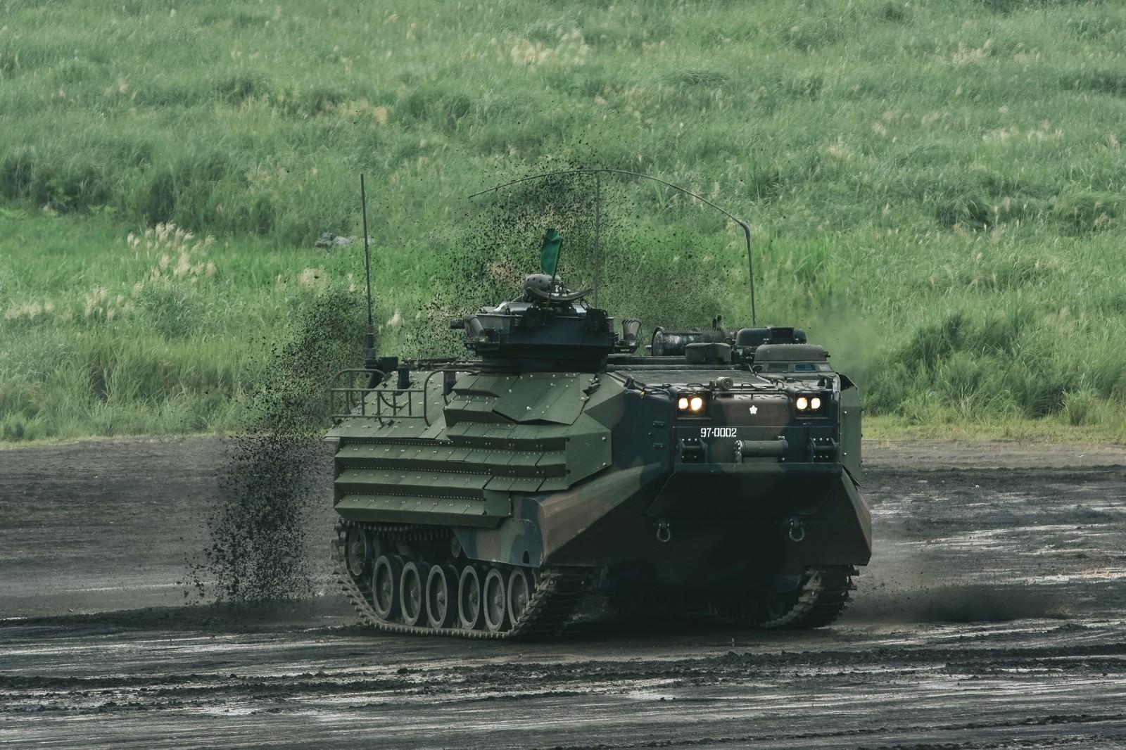 「泥を巻き上げ進む 新装備の水陸両用車(AAV)泥を巻き上げ進む 新装備の水陸両用車(AAV)」のフリー写真素材を拡大