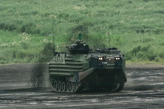 泥を巻き上げ進む 新装備の水陸両用車(AAV)の写真