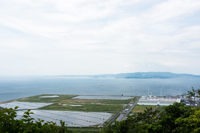 風力発電用の風車とメガソーラーの写真