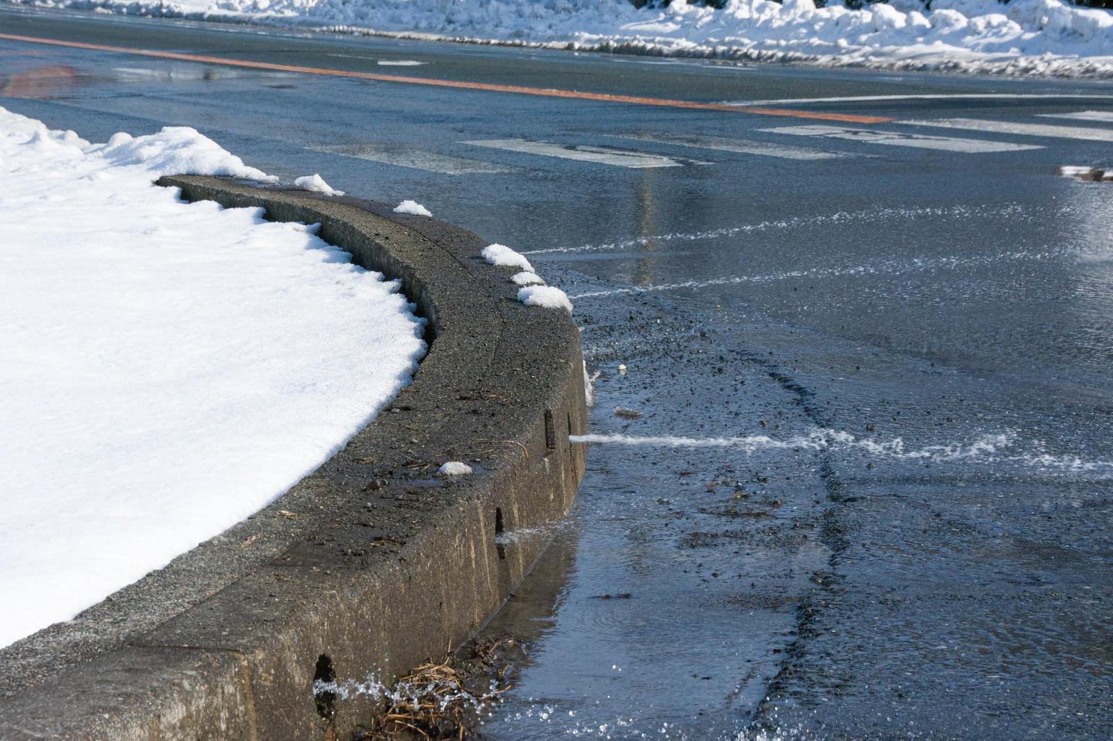 「雪を溶かすために放出される水」の写真