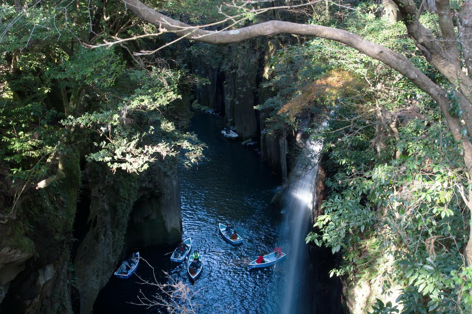 「峡谷を楽しむ多くのボート(宮崎県高千穂町・真名井の滝)」の写真