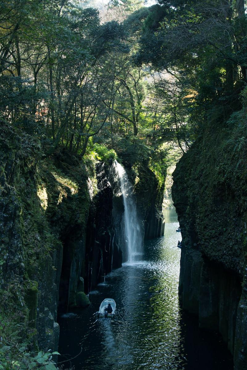 「真名井の滝に向かうボート(宮崎県高千穂町)」の写真