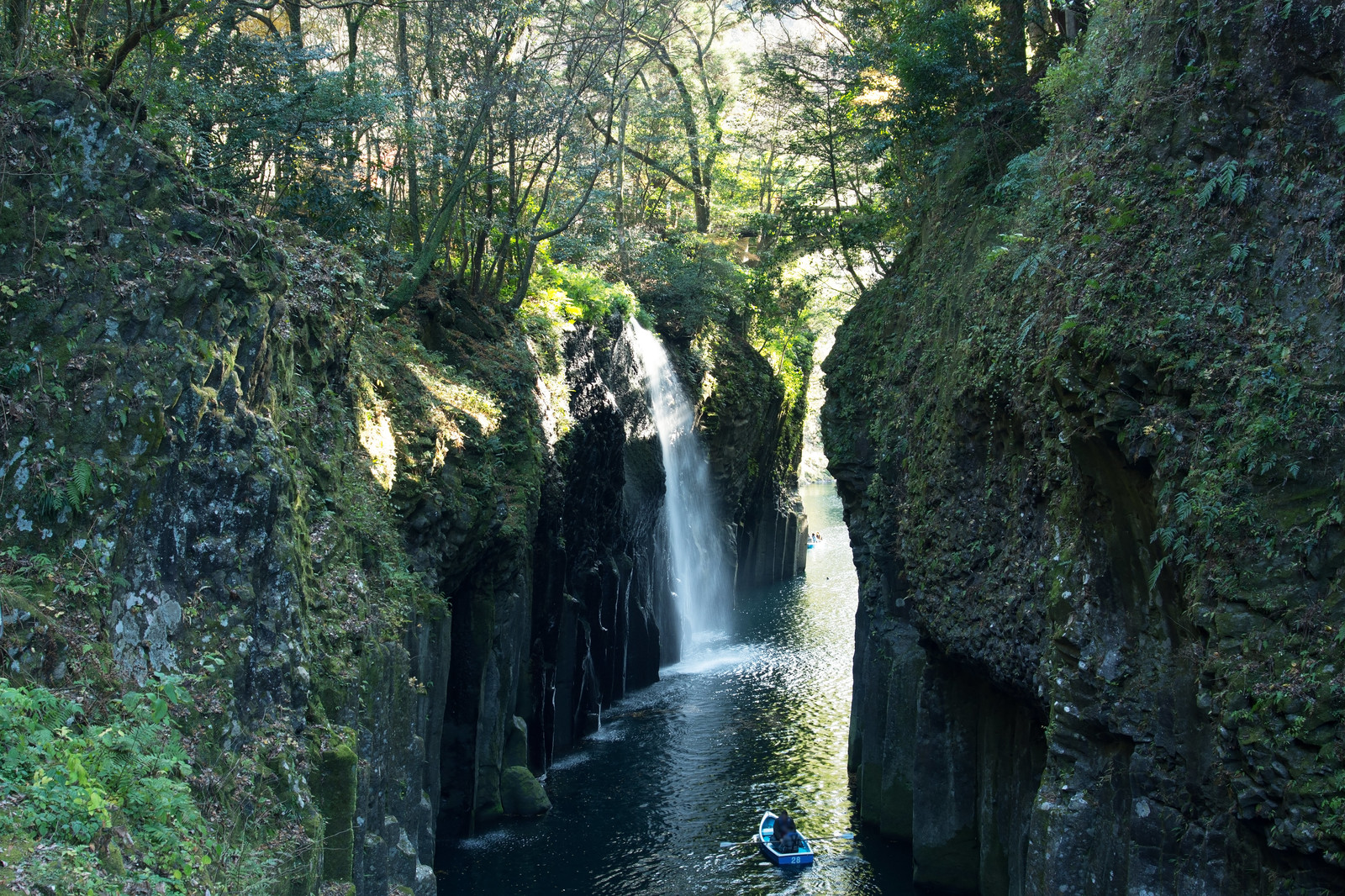 「峡谷の岩肌と真名井の滝(宮崎県高千穂町)」の写真