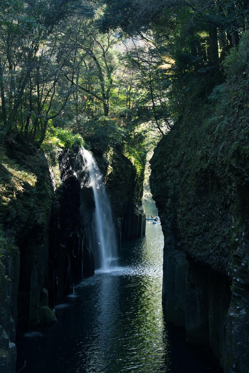 「川に映る真名井の滝(宮崎県高千穂町)」の写真