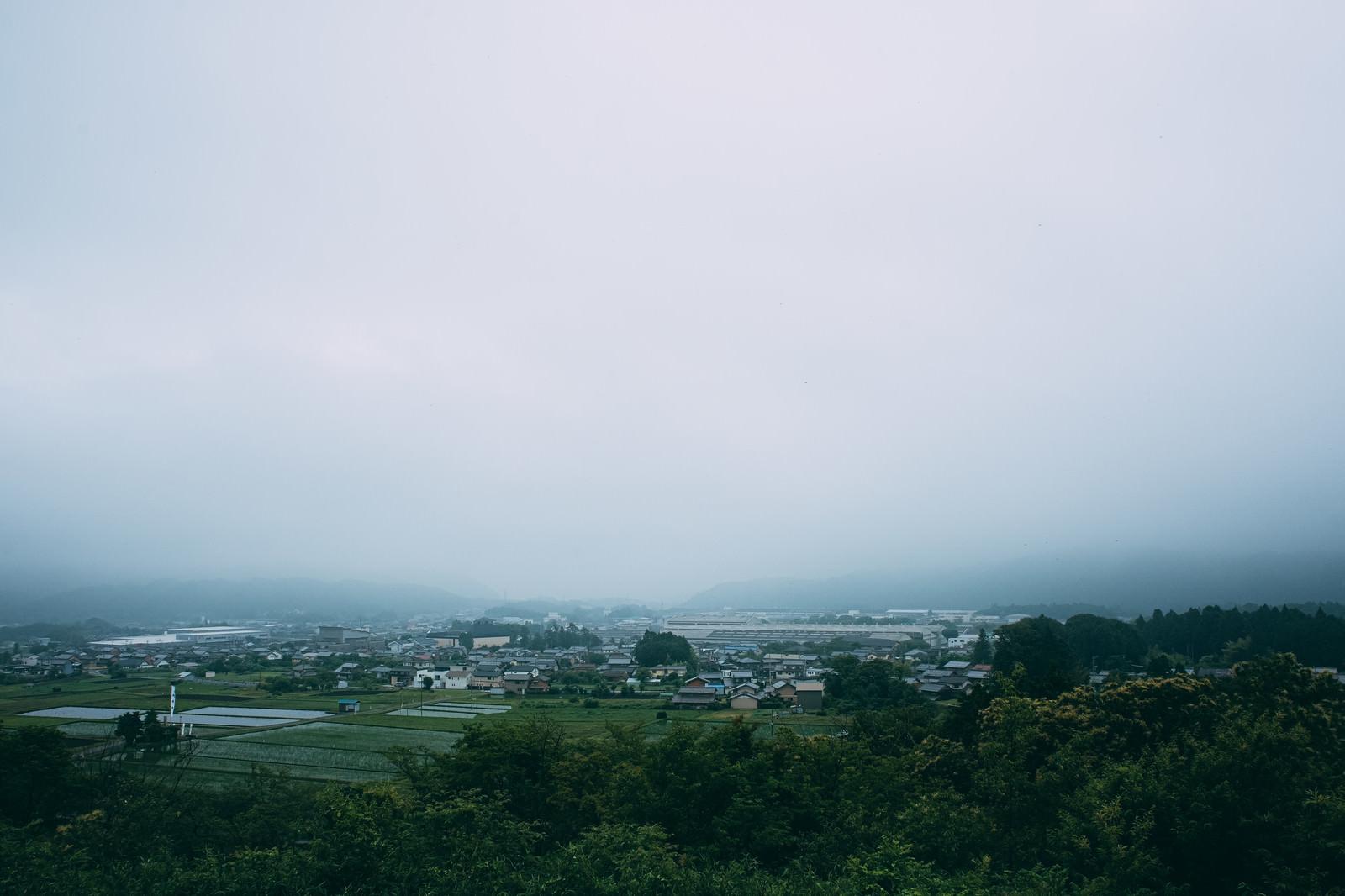 「笹尾山展望デッキから、雨で霞む現在の関ケ原を眺める」の写真