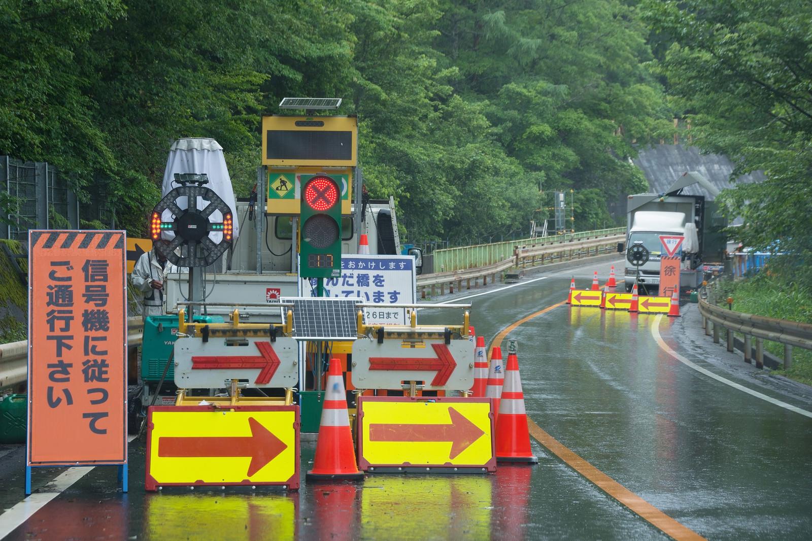 「道路工事による片側交互通行の停止場所」の写真