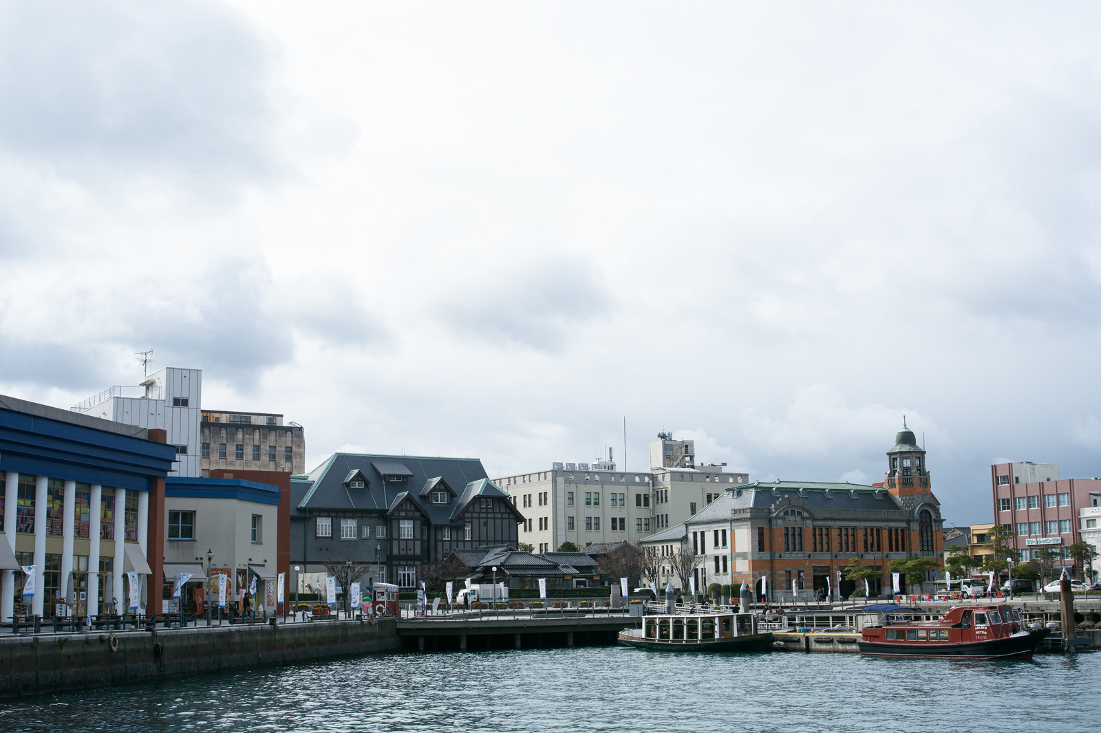 「旧大阪商船、旧門司三井倶楽部、旧JR九州本社ビルなどを眺める」の写真