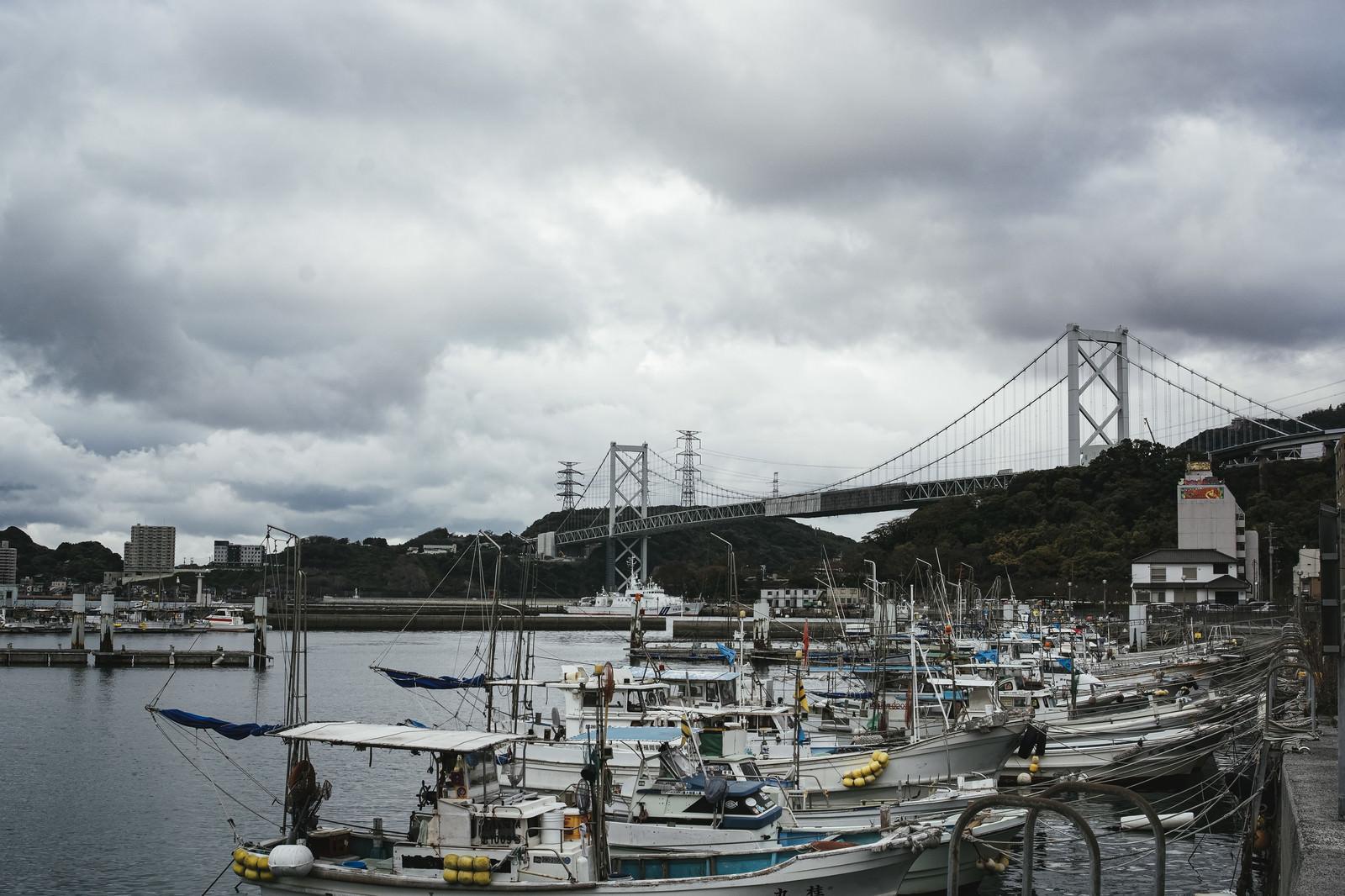 「並んだ漁船と関門橋」の写真