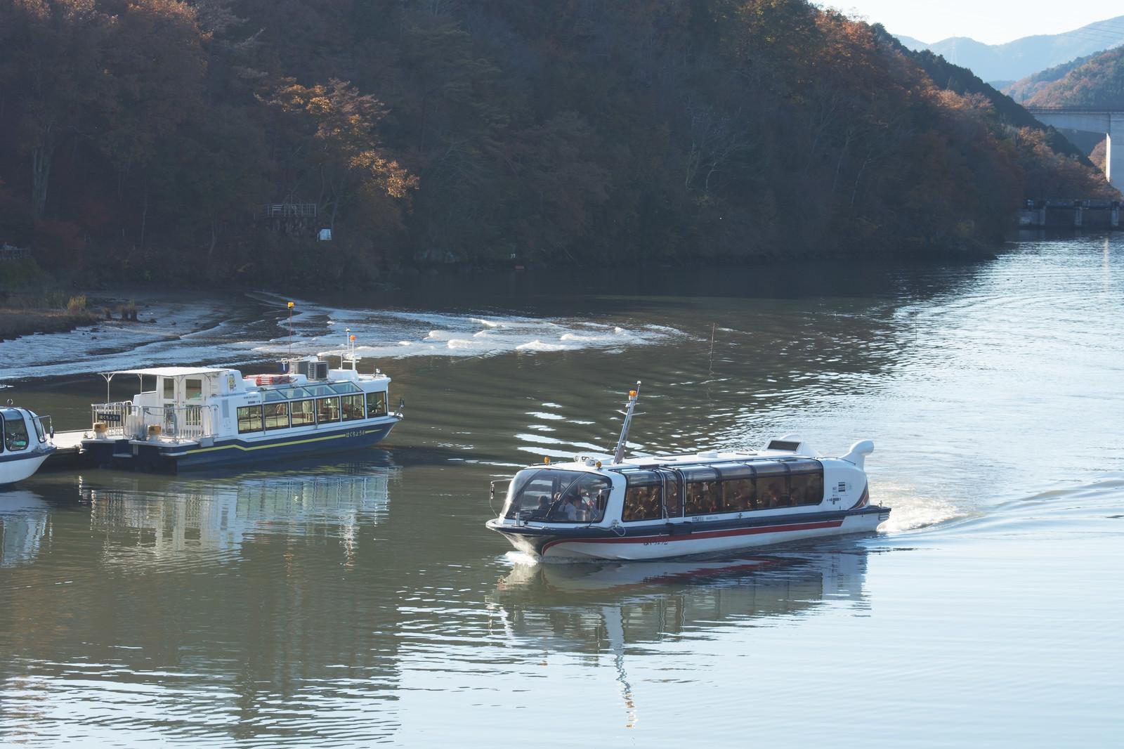 「さざ波を立てる遊覧船(恵那峡)」の写真