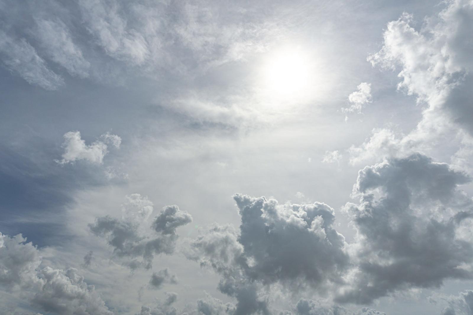 「空を覆う雲に隠れた太陽」の写真
